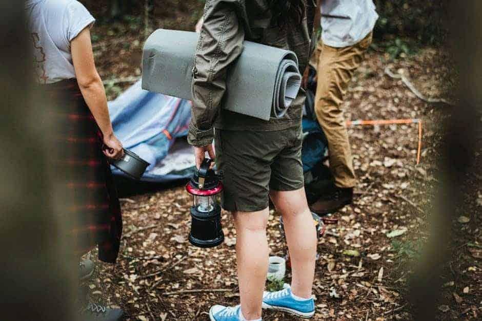 Mensen bekijken kampeerplek in de natuur