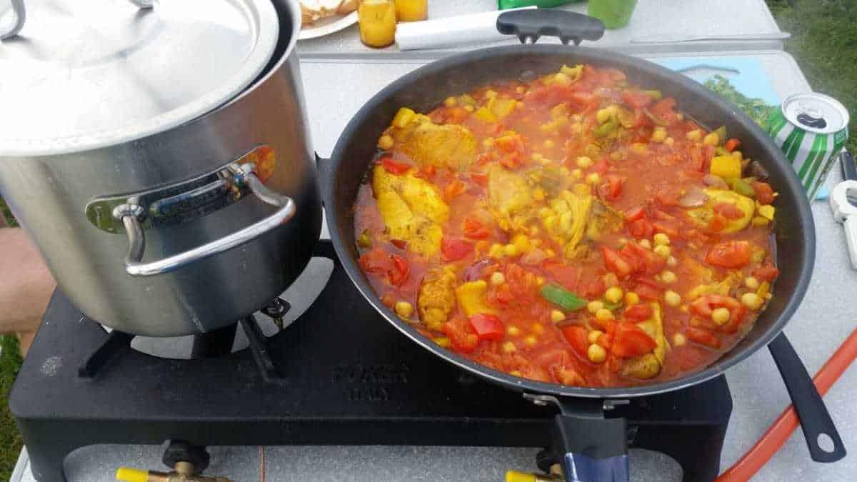 Eten koken tijdens het kamperen op een gasstel