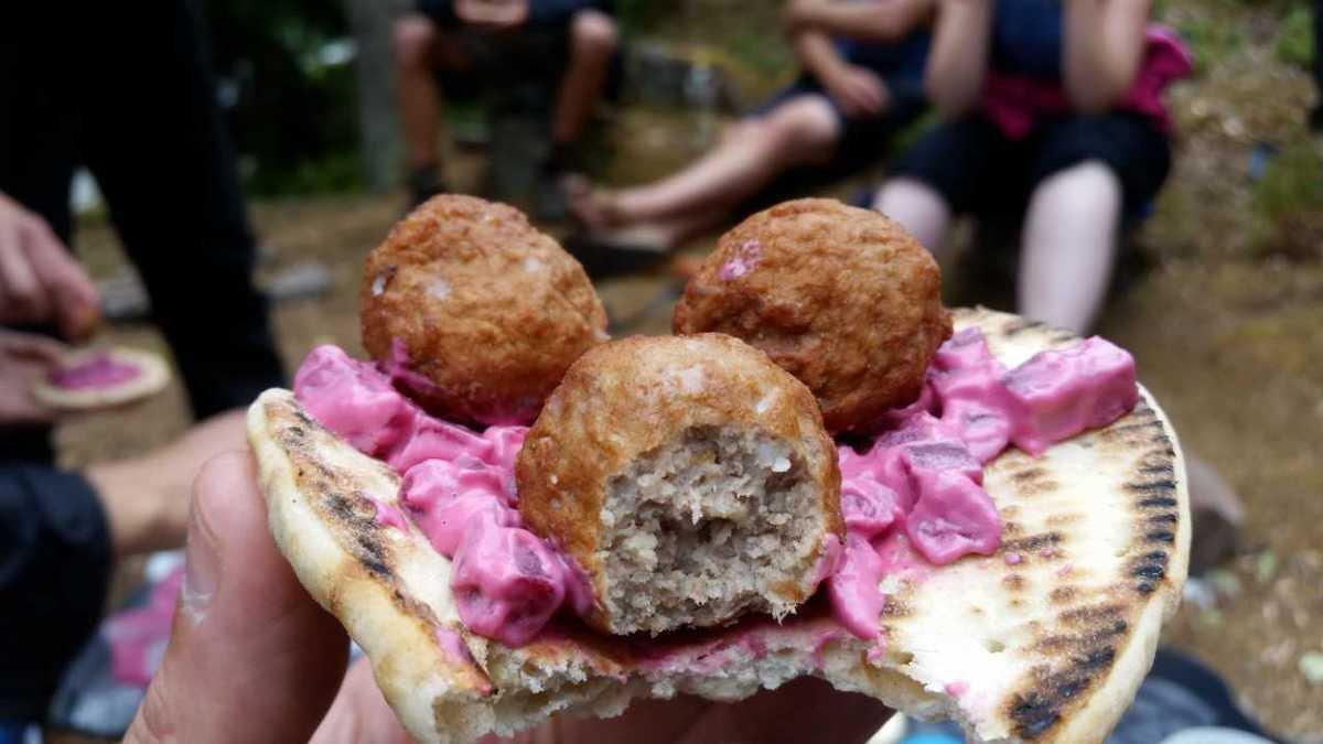 Broodje-gehaktbal eten tijdens het kamperen