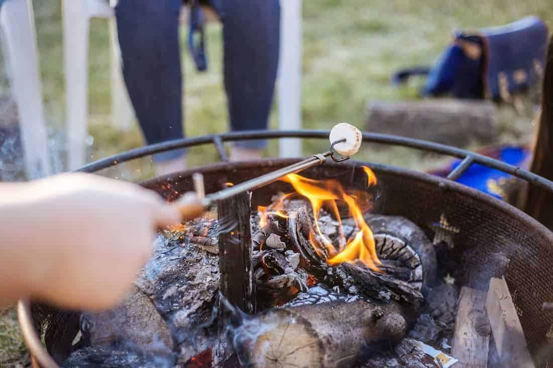 Marshmellows bakken boven het kampvuur