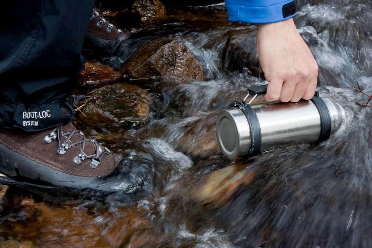 Water uit beek halen om outdoor te koken