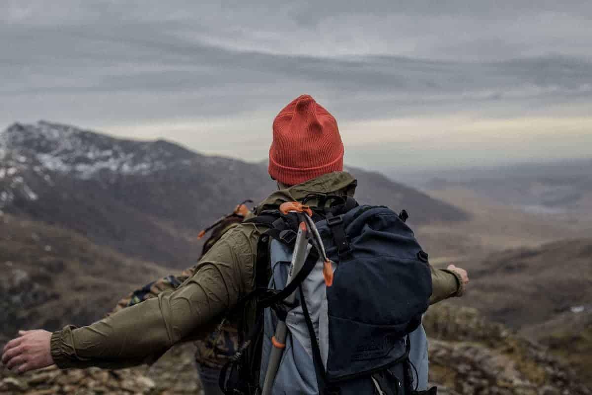 Man op actieve vakantie in de bergen