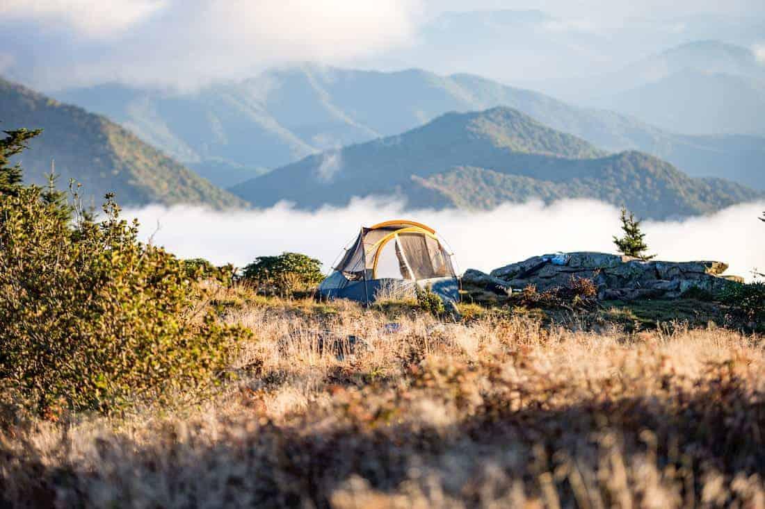Survivallen in een tent in de natuur