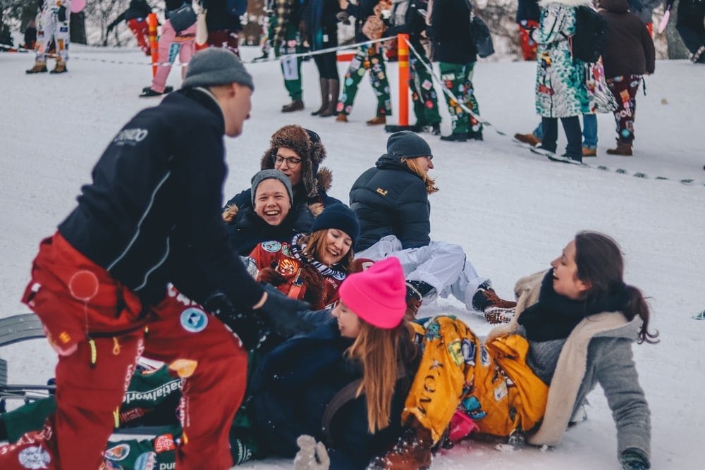 winterreis groep sneeuw