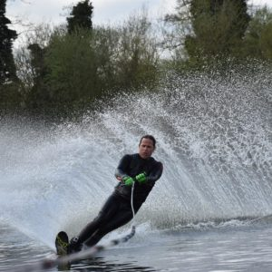 waterski-man-waterskiën